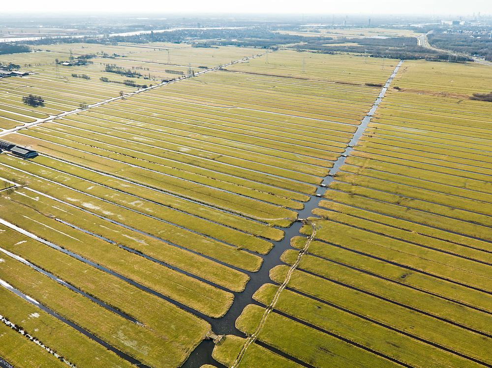 Nederland, Zuid-Holland, Gemeente Bergambacht, 20-02-2012; Krimpenerwaard met Polder Schuwacht, diagonaal het water van De Veen, links van het midden de Wetering-West. De langwerpige verkaveling is ontstaan door het ontginnen van het veen vanuit de dorpen langs de rivier Lek - aan de horizon links. Het betreft zogenaamde pntginningen met vrije opstreek. Aan de horizon rechts, Krimpen a/d IJssel, links Krimpen a/ Lek..Polder Schuwacht in the Krimpenerwaard. The land division (in lots) has been created by the reclamation of peat bog starting from the villages along the rivers Lek (left) and Hollandsche IJssel..luchtfoto (toeslag), aerial photo (additional fee required);.copyright foto/photo Siebe Swart.