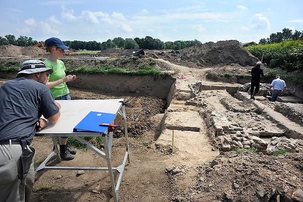 Nederland, Nijmegen, 3-7-2012Ten noorden van de Waal, waar binnenkort de nieuwe nevengeul, hoogwatergeul, wordt gegraven zijn archeologen en vrijwilligers bezig de resten en contouren van het legendarische fort Knodsenburg aan het opgraven, blootleggen. Gebied van de voorgenomen dijkverlegging, verlegging van de dijk, teruglegging, om de rivier de Waal in de scherpe bocht bij Nijmegen meer ruimte te geven bij hoogwater dmv een extra geul.  Voorafgaand aan dit project wordt eerst archeologisch onderzoek gedaan.Foto: Flip Franssen/Hollandse Hoogte
