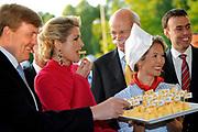 Koning Willem Alexander en Koningin Maxima bezoeken Stuttgart<br /> <br /> King Willem Alexander and Queen Maxima in Germany / Stuttgart.<br /> <br /> Op de foto / n the photo: <br />  Koning Willem Alexander en Koningin Maxima bezoeken het Mercedes Benz Museum en krijgen bij ontvangst een stukje kaas van Frau Antje<br /> <br /> King Willem Alexander and Maxima Queen visit the Mercedes Benz Museum and get a piece of cheese of Frau Antje