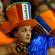 NLD/Heerenveen/20060122 - WK Sprint 2006, 2de 1000 meter dames, publiek, toeschouwer, oranje, gekte, feest, hoed, pet, versiering, supporter, heineken, bier,