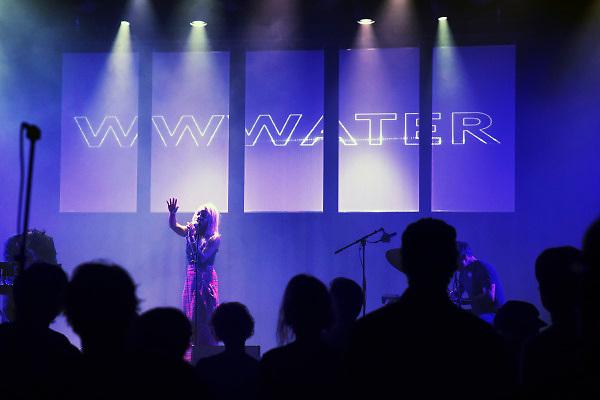 Nederland, Nijmegen, 8-12-2018Poppodium Doornroosje bestaat 50 jaar en viert dat met een mini festival in drie zalen. Optreden van de band Wwwater Foto: Flip Franssen