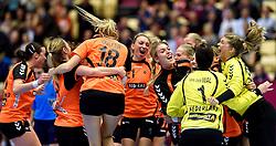 18-12-2015 DEN: World Championships Handball 2015 Poland  - Netherlands, Herning<br /> Halve finale - Nederland staat in de finale door Polen met 30-25 te verslaan / Michelle Goos #21, Sanne van Olphen #9, Marieke van der Wal #1, Tess Wester #33, Yvette Broch #13