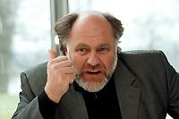 21 JAN 1999, GERMANY/BONN:<br /> Rezzo Schlauch, MdB, Fraktionsvorsitzender B90/Grüne, gibt ein Interview im Restaurant des Deutschen Bundestages, Bonn<br /> Rezzo Schlauch, Chairman of the Green Parliamentary Group, during an interview<br /> IMAGE: 19990121-03/01-20