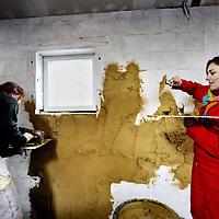 """Nederland, Herwen , 28 november 2012..Vara Kassa presentatrice Brecht van Hulten tijdens het """"Leemstucen"""" in een woning in Herwen..Foto:Jean-Pierre Jans"""