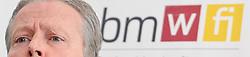 24.03.2011, Wirtschaftsministerium, Wien, AUT, Pressepoint mit Bundesminister Reinhold Mitterlehner nach dem Spritpreisgipfel, im Bild Wirtschafts- und Energieminister Reinhold Mitterlehner, EXPA Pictures © 2011, PhotoCredit: EXPA/ M. Gruber