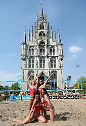 18-06-2006 VOLLEYBAL: CITY BEACH TOUR: GOUDA<br /> De finales van de City Beach! Tour stond dit weekend op de markt van Gouda / Dansers cheerleaders - beach item<br /> ©2006-WWW.FOTOHOOGENDOORN.NL