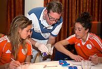 ZWOLLE - Ellen Hoog en Naomi van As maken hun keus. Bitje happen voor de vrouwen van het Nederlands hockeyteam, Het aanmeten van een mondbeschermer. in aanloop van de Champions Trophy in Mendoza (Argentinie).  COPYRIGHT KOEN SUYK