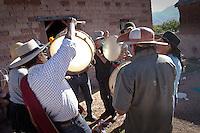 CANTANDO COPLAS DURANTE EL CARNAVAL, JUIRI, QUEBRADA DE HUMAHUACA, PROV. DE JUJUY, ARGENTINA