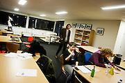 De finalisten Kira Wuck en Boris de Jong bereiden zich voor op de finale. In de achtergrond staan Roel Weerheijm en Daniël Vis. In Utrecht vindt het tiende Nationaal Kampioenschap Poetry Slam plaats. Negen dichters dragen eigen werk voor en door middel van een applausmeting en een jury wordt bepaald wie naar de finale gaat. Tijdens de finalebattle, waarbij de twee finalisten gedichten tegen elkaar voordragen, bepaalt het publiek wie de uiteindelijke winnaar wordt.<br /> <br /> Kira Wuck and Boris de Jong are preparing themselves for the finals. In the background Daniël Vis and Roel Weerheijm are walking. In Utrecht the tenth Dutch Championship Poetry Slam is taking place. Nine poets recite their own works, and through an applause measurement and a jury is determined who goes to the finals. During the final battle, the two finalists recite poems against each other, the audience determines who the winner is.