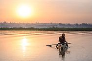 Fischer in einem traditionellen Papyrus-Kanu im Oberlauf des Blauen Nils, Bahir Dar, Tanasee, Region Amhara, Äthiopien<br /> <br /> Fishermen in a traditional papyrus canoe in the upper reaches of the Blue Nile, Bahir Dar, Lake Tana, Amhara Region, Ethiopia