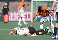 AMSTELVEEN  -   Billy Bakker (A'dam) is geblesseerd geraakt door Rashid Mehmood van OZ .     Beslissende finalewedstrijd om het Nederlands kampioenschap hockey tussen de mannen van Amsterdam en Oranje Zwart (2-3). COPYRIGHT KOEN SUYK
