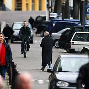 NLD/Amsterdam/20061220 - Cabaratier Youp van 't Hek voor zijn huis Prinsengracht Amsterdam