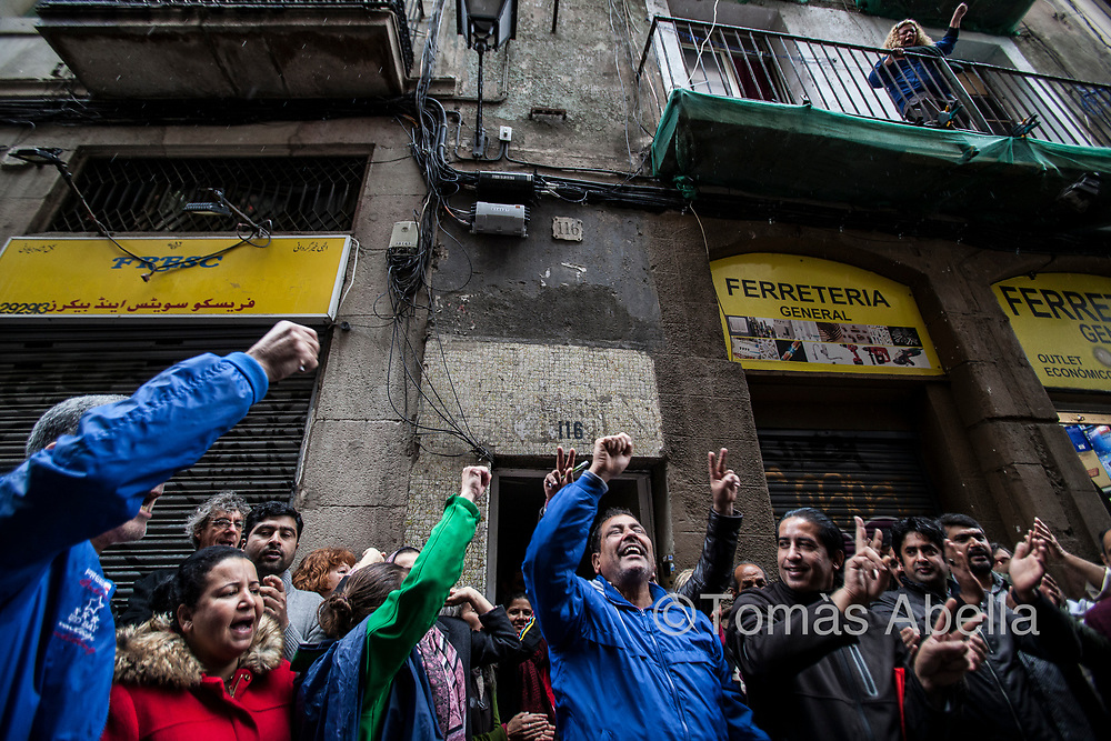 Property speculation‒also stimulated by very restrictive laws as to the rights of tenants‒is driving out the local population. In the picture, a group of activists manages to paralyse the eviction of 12 families from a building in Ciutat Vella.