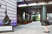 Belgie, Brussel, 14-5-2019 Het gebouw van het Europees parlement aan de rue Belliard en Place Luxembourg  in de europese wijk .. Personeel gaat naar huis op het einde van de werkdag. Het standbeeld van de Griekse godin, vrouwe Europa met het latere symbool voor de euro in haar hand.Foto: Flip Franssen