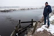 Rayonbeheerder Klaas Frieswijk van Wetterskip Fryslân controleert de juiste werking van het gemaal Kolderveen bij de lozing van het opgepompte polderwater op de Opsterlandse Compagnonsvaart bij Kolderveen (Terwispel).