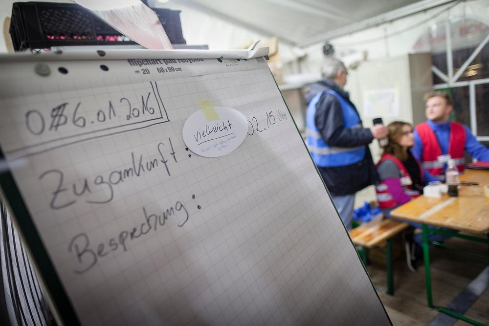 Koeln, DEU, 06.01.2016<br /> <br /> Ankunft von Fluechtlingen an Bord eines Sonderzugs der Deutschen Bahn aus Passau am Bahnhof des Koeln/Bonner Flughafens. Von hier aus werden die Menschen, die groesstenteils über die Balkan-Route nach Oesterreich gelangten, auf Erstunterbringungsstellen in Nordrhein-Westfalen verteilt.<br /> <br /> <br /> Foto: Bernd Lauter/berndlauter.com