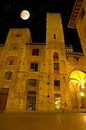 Medieval houses at night around Plazza Cisterna - San Gimignano - Italy .<br /> <br /> Visit our ITALY PHOTO COLLECTION for more   photos of Italy to download or buy as prints https://funkystock.photoshelter.com/gallery-collection/2b-Pictures-Images-of-Italy-Photos-of-Italian-Historic-Landmark-Sites/C0000qxA2zGFjd_k<br /> If you prefer to buy from our ALAMY PHOTO LIBRARY  Collection visit : https://www.alamy.com/portfolio/paul-williams-funkystock/sangimignano.html
