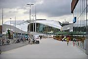 Nederland, the Netherlands, Arnhem, 1-9-2015Het nieuwe station van de gelderse hoofdstad wordt binnenkort officieel geopend. De ov terminal met parkeergarage en fietsenstalling is klaar. De ingewikkelde architectuur heeft het bouwproject veel problemen en vertraging opgeleverd. Het is dan ook een architectonisch en bouwkundig hoogstandje. Het ontwerp voor het station is gedaan door architectenbureau UNStudio, Ben van Berkel.  Uiteindelijk heeft de bouw 18 jaar en 90 miljoen euro, veel meer als aanvankelijk begroot, gekost. Meteen deden zich al enkele valpartijen voor op een van de onregelmatige trappen, zodat een opgang tijdelijk afgesloten werd totdat er duidelijke trapmarkering is aangebracht.. Exterieur.FOTO: FLIP FRANSSEN/ HH