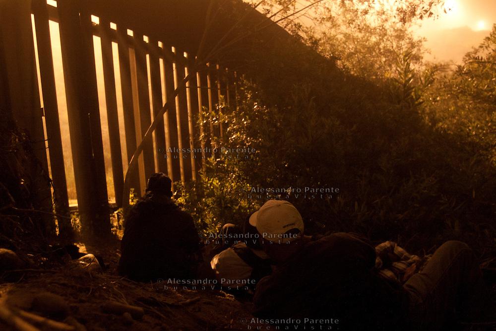 Gruppo di migranti in attesa di scalare la frontiera