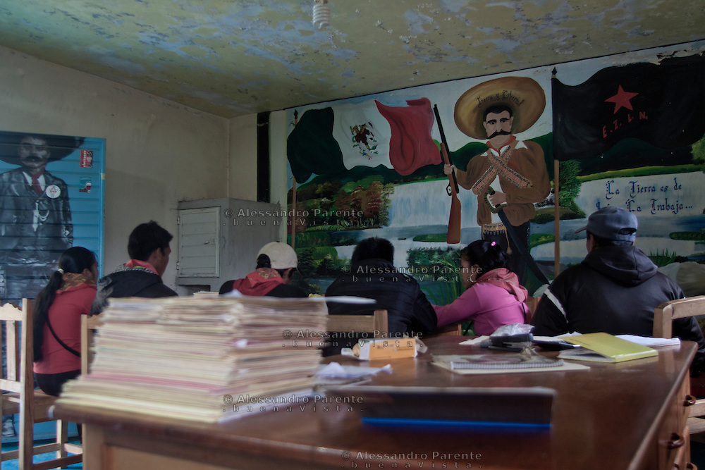 The good government working.<br /> La junta de buen gobierno reunida.