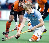 EINDHOVEN - HOCKEY - Nick Meijer (r) van Bloemendaal in duel met OZ-speler Marcel Balkestein (l) tijdens de hoofdklasse hockeywedstrijd tussen de mannen van Oranje-Zwart en Bloemendaal (3-3). FOTO KOEN SUYK