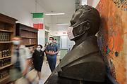Roma, 14.09.20. Una estatua del prócer Daniele Manin con tapabocas en el primer día de clases, en el Instituto Daniele Manin de Roma, después del cierre a principios de marzo por la emergencia coronavirus.<br /> Photo: Victor Sokolowicz