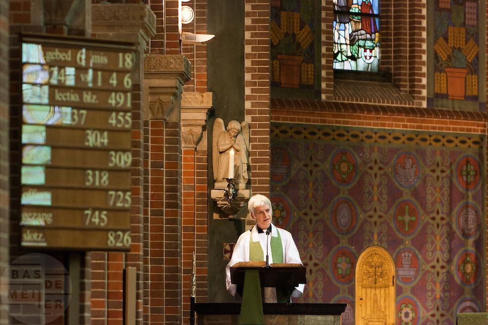 Annemieke Duurkoop houdt haar eerste toespraak als plebaan. Op zondag 31 oktober is in de Getrudiskathedraal in Utrecht  Annemieke Duurkoop als eerste vrouwelijke plebaan van Nederland geïnstalleerd. Duurkoop wordt de nieuwe pastoor van de Utrechtse parochie van de Oud-Katholieke Kerk (OKK), deze kerk heeft geen band met het Vaticaan. Een plebaan is een pastoor van een kathedrale kerk, die eindverantwoordelijk is voor een parochie. Eerder waren bij de OKK al twee vrouwelijk priesters geïnstalleerd, maar die zijn geen plebaan.<br /> <br /> Annemieke Duurkoop is giving her first speech as dean. At the St Getrudiscathedral in Utrecht the first female dean of the Old-Catholic Church (OKK), Annemieke Duurkoop, is installed together with a new pastor Bernd Wallet. The church has no connections with the Vatican.