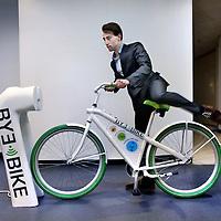Nederland, Amsterdam , 27 februari 2014.<br /> Studenten aan de HvA hebben een prototype Ebike ontwikkeld.<br /> Sid van Wijk, 1 van de studenten die bij het project betrokken is, demonstreert hoe het prototype Ebike  aan de bijbehorende oplaadpaal wordt gekoppeld.<br /> Foto:Jean-Pierre Jans