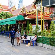 THA/Bangkok/201607111 - Vakantie Thailand 2016 Bangkok, Straat beeld van Thaise Tempel