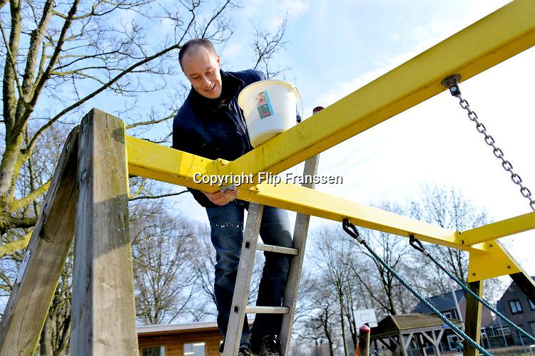 Nederland, Doornenburg, 12-3-2016NL Doet, Het speeltuintje aan de Heekstraat wodrt opgeknapt FOTO: FLIP FRANSSEN