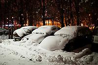 Bialystok, 26.01.2017. Nocny Bialystok pod sniegiem. Po całodobowych obfitych opadach sniegu miasto zostalo przykryte 30 cm warstwa bialego puchu. N/z zasypane sniegiem samochody na prkingu osiedlowym fot Michal Kosc / AGENCJA WSCHOD