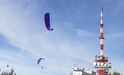 THEMENBILD - Paragleiter kreisen in der Luft an einem Spätsommertag am Gaisberg, aufgenommen am 10. September 2018 in Salzburg, Österreich // Paragliders circle in the air at the Gaisberg, Salzburg, Austria on 2018/05/09. EXPA Pictures © 2018, PhotoCredit: EXPA/ JFK