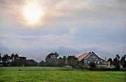 Nederland, Griendtsveen, 3-10-2008De Koning Willem III hoeve tussen Griendtsveen en Helenaveen aan het Soemeerkanaal in de Peel. Vroeger werd dit kanaal gebruikt om turf af te voeren. Brandstof die door turfstekers uit het veen gewonnen werd.Het was een zeer arme streek, en begin vorige eeuw werd een fonds opgericht door Koning Willem III om boerderijen, hoeves, te stichten. Nu moeten de boeren wijken om het gebied zijn oude vorm terug te geven en voor toerisme en dagjesmensen aantrekkelijk te maken.Foto: Flip Franssen