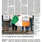 """Tearsheet (Feature story) of """"Ireland: Emigracao dispara com a crise"""" published in Expresso"""