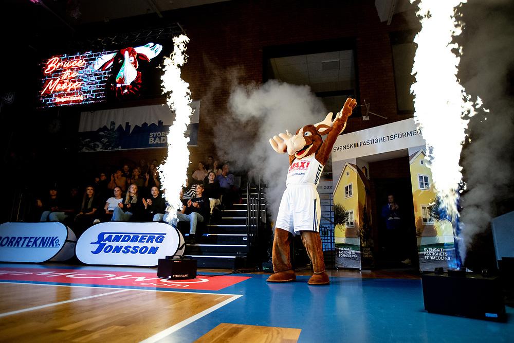 ÖSTERSUND 20211007<br /> Jämtlands maskot Bruce the Moose under torsdagens match i basketligan mellan Jämtland Basket och Norrköping Dolphins.<br /> Foto: Per Danielsson / Projekt.P