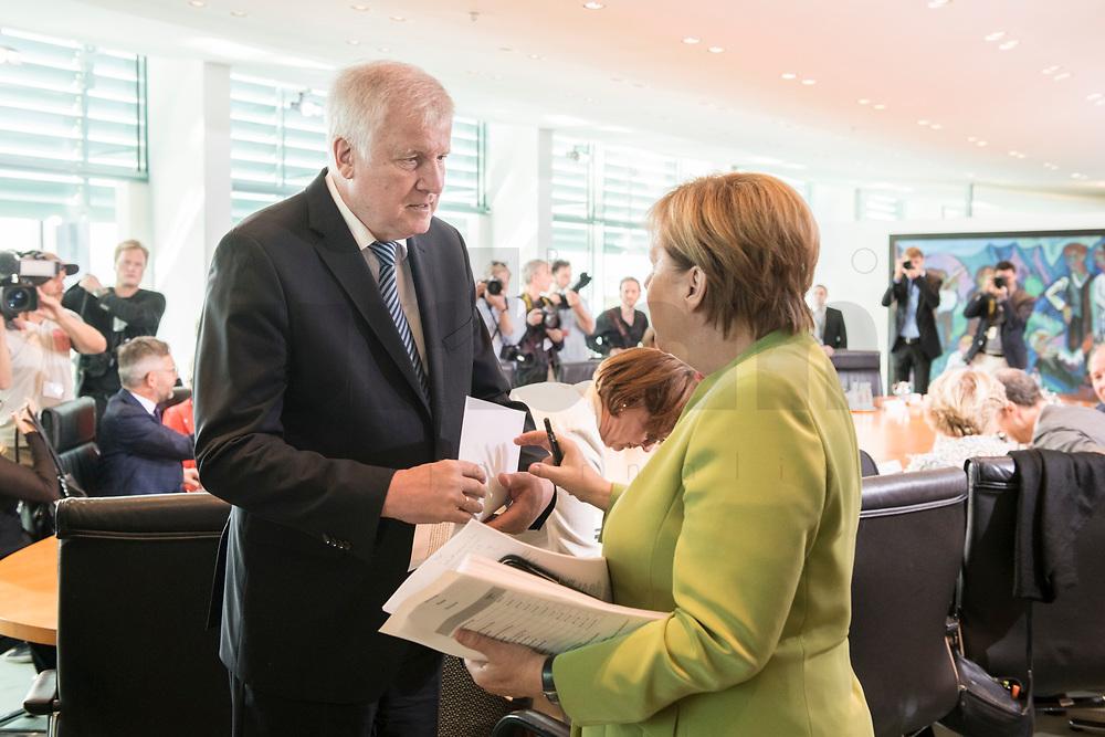 29 AUG 2018, BERLIN/GERMANY:<br /> Horst Seehofer (L), CSU, Bundesinnenminister, und Angela Merkel (R), CDU, Bundeskanzlerin, im Gespraech, vor Beginn der Kabinettsitzung, Bundeskanzleramt<br /> IMAGE: 20180829-01-041<br /> KEYWORDS: Kabinett, Sitzung, Gespräch