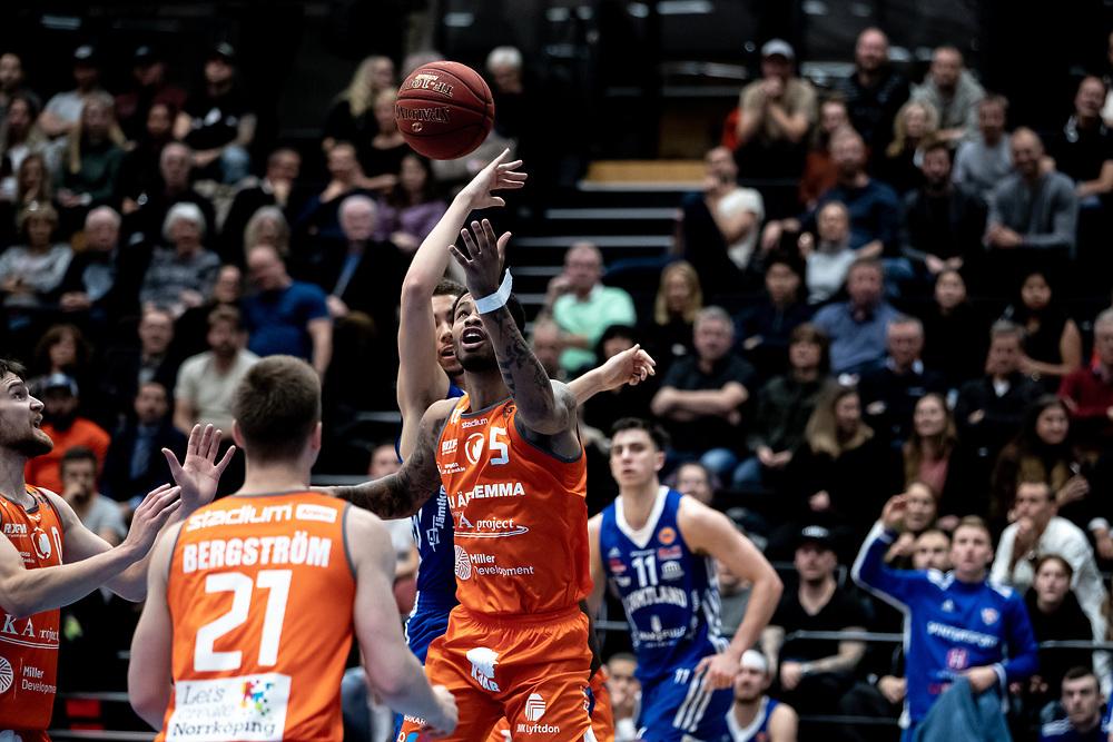ÖSTERSUND 20211007<br /> Norrköpings Mitchell Smith i kamp med Jämtlands Felix Edwardsson under torsdagens match i basketligan mellan Jämtland Basket och Norrköping Dolphins.<br /> Foto: Per Danielsson / Projekt.P