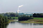 Nederland, Ewijk, 11-8-2005..Gezicht op de uiterwaarden langs de rivier de Waal. Op de achtergrond de centrale, elektriciteitscentrale, elektriciteitscentrale van Elektrabel bij Nijmegen. Milieu, stroomverbruik, stroomproducent, vrije markt elektriciteit, elecrticiteit, privatisering, liberalisering elektriciteitsmarkt...Foto: Flip Franssen/Hollandse Hoogte