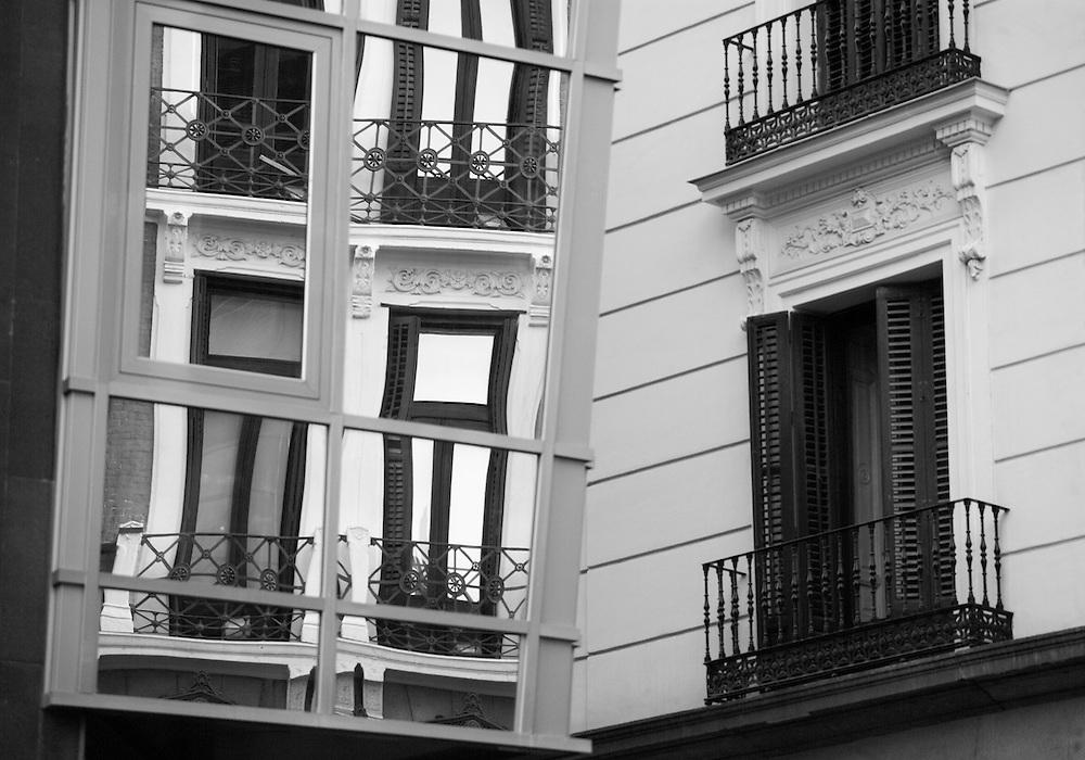 Reflejos de arquitectura clásica en el Madrid de los Austrias sobre las vidrieras de un hotel vanguardista de reciente contrucción.