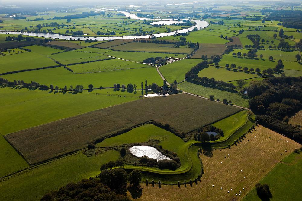 Nederland, Gelderland, Gemeente Voorst, 03-10-2010;  IJsselvallei,  De Wilpse Klei met Veluwsche Bandijk, winterdijk voor de IJssel. De wielen zijn overblijfselen van eerdere dijkdoorbraken. .IJsselvallei, with Veluwsche Bandijk, winter dike for the IJssel. The breaches (or score holes) are remnants of previous dike breaches..luchtfoto (toeslag), aerial photo (additional fee required).foto/photo Siebe Swart