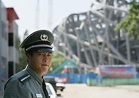 Ein Wachmann vor dem in Bau befindlichen Olympia Stadion. © Urs Bucher/EQ Images
