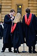 Oxford 2009-03-07. Miasto w południowej Anglli głównie znane jako siedziba Uniwersytetu Oxfordzkiego. Studenci na dziedzińcu uniwersyteckim.