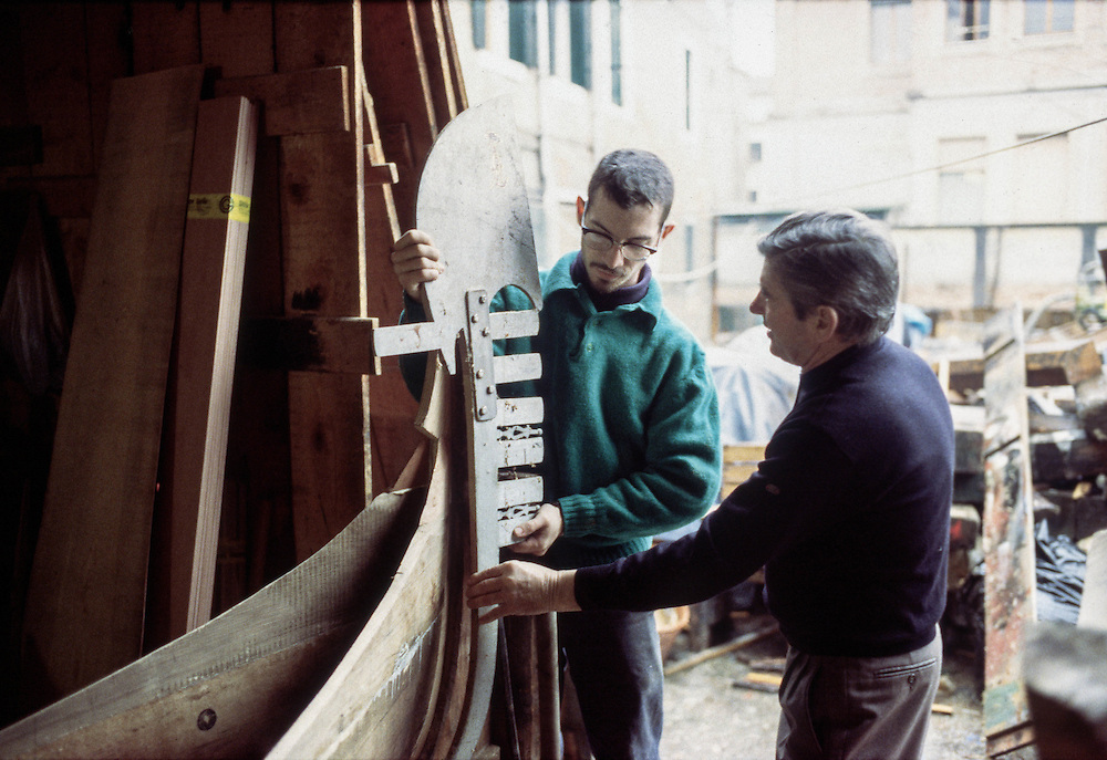 20 DEC 1996 - Venezia - Squeri: le fabbriche delle gondole - Tom Price, apprendista maestro d'ascia americano.
