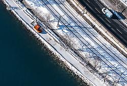 THEMENBILD - der Zeller See mit seinem Ufer und die nahe gelegene Strasse mit einem Auto, aufgenommen am 5. Feber 2018 in Zell am See - Kaprun, Österreich // Lake Zell with the shore and the road with a car, Zell am See Kaprun, Austria on 2018/02/05. EXPA Pictures © 2018, PhotoCredit: EXPA/ JFK