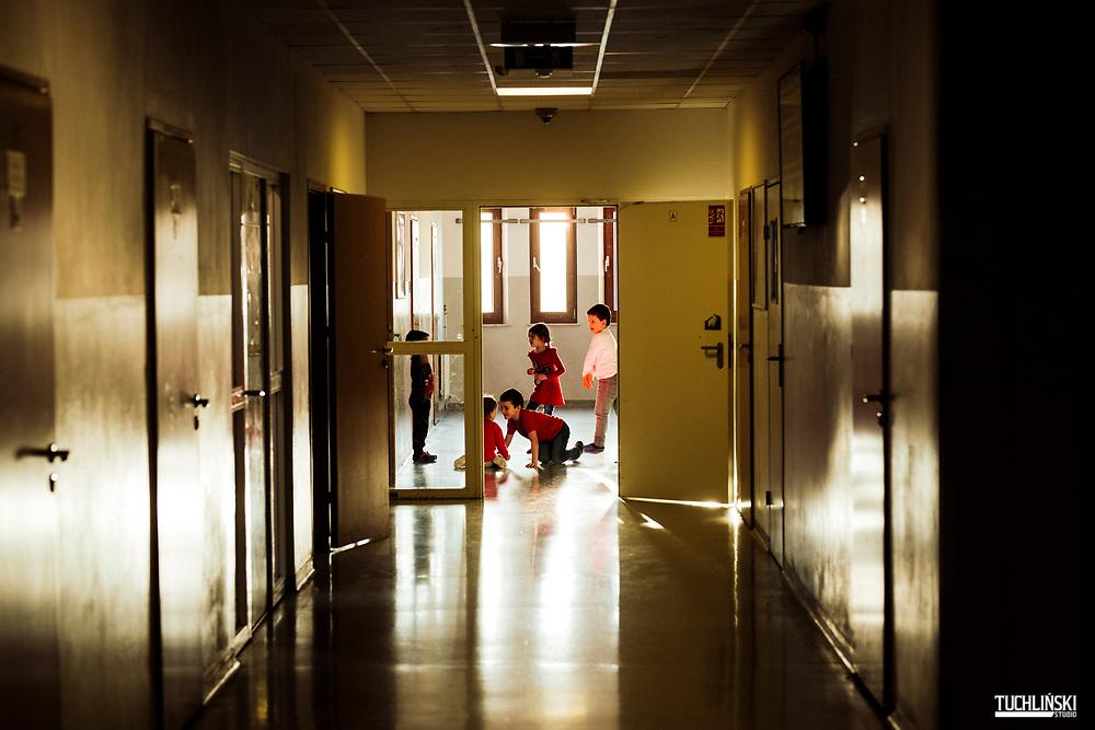 Kętrzyn, Polska 11.12.2019<br /> Strzezony Osrodek Strazy Graniczne dla cudzoziemcow . N/z dzieci osadzone w osrodku bawia sie na korytazu.<br /> Fot. Adam Tuchlinski dla Newsweek