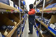 Nederland, the Netherlands, Roermond, 17-9-2015In een gigantisch magazijn beheert en distribueert UPS medicijnen en medische hulpmiddelen. Van hieruit gaan ze naar de groothandel en de verschillende ketens van apothekers. In een vriescel van -22 graden maakt een medewerker een bestelling klaar van gekoelde medicijnen. Ze mogen hier 20 minuten werken, in een dikke jas.FOTO: FLIP FRANSSEN/ HH