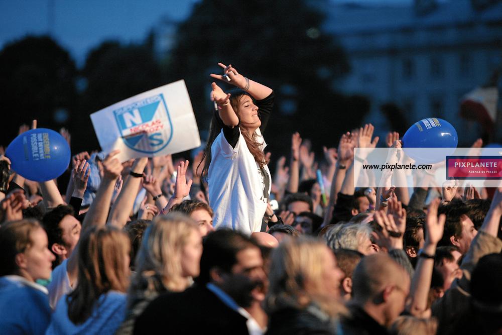 Election présidentielle française - Environ 30 000 personnes se sont regroupées place de la Concorde, à Paris, pour fêter la victoire du candidat de l'UMP. French presidential election - Around 30 000 people have enjoy the victory of the candidate from UMP in Paris, place de la Concorde. Paris - 6/05/2007 - JSB / PixPlanete