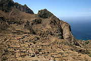 No acidentado caminho que os pastores usavam de Nova Sintra para a Fajã da Água passa-se pela aldeia de Lavadura, com os seus muros de pedra e os montes circundantes a fazerem lembrar Machu Pichu.