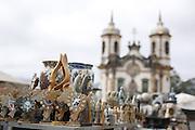 Ouro Preto_MG, Brasil.<br /> <br /> Feira de artesanato do Largo do Coimbra, ao fundo  igreja de Sao Francisco de Assis em Ouro Preto, Minas Gerais.<br /> <br /> Largo do Coimbra craft fair, in the background the church Sao Francisco de Assis in Ouro Preto, Minas Gerais.<br /> <br /> Foto: LEO DRUMOND / NITRO