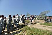 Nederland, Groesbeek, 17-9-2014Officiele onthulling, ingebruikname, van de nagebouwde, replica, van de WACO Glider die hier tijdens Operatie Market Garden in september 1944 in groten getale geland zijn. Het gebeurd in bijzijn van de commandant van de 82nd aiborne divisie, division, en enkele tientallen militairen. Het staartwieltje van de replica is origineel. Zij werden door kinderen van de vliegtuigen gesloopt om voor karretjes te gebruiken. Burgemeester Harry Keereweer en generaal Nicolson wisselden geschenken uit in drukte gezamelijk op een rode knop die een filmpje over de Glider startte.FOTO: FLIP FRANSSEN/ HOLLANDSE HOOGTE